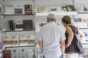 Dos visitantes miran las novedades del certamen.