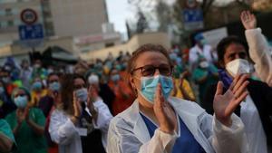 Sanitarios del Hospital Gregorio Marañón de Madrid agradecen los aplausos de los vecinos por su labor contra el coronavirus.