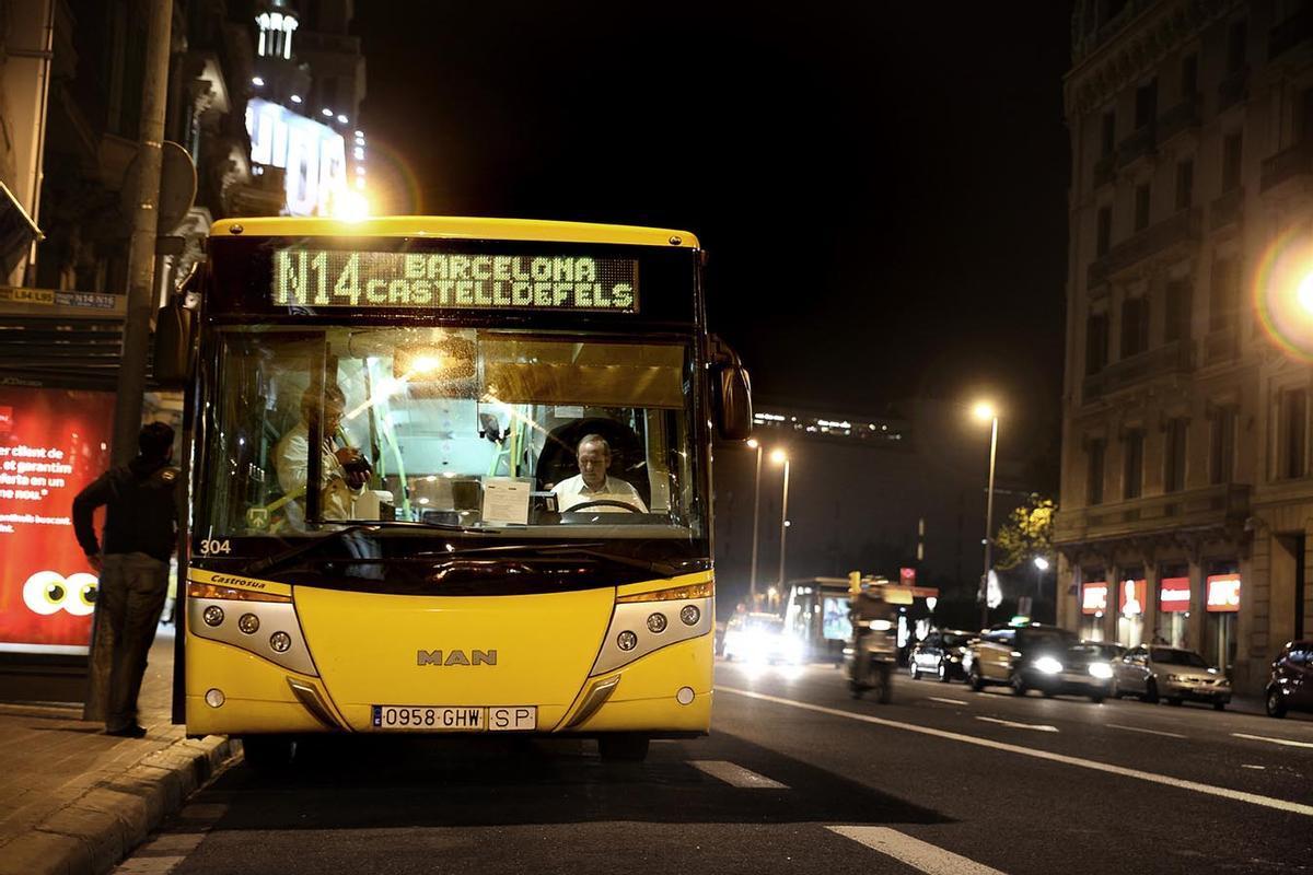Imagen del Nitbus N14 a Plaça Catalunya (Barcelona)