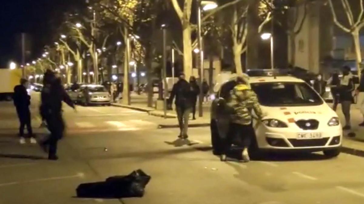 Ataque de un grupo de jóvenes a una patrulla de los Mossos en Pallejà