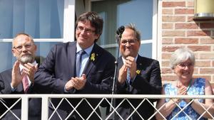 Carles Puigdemont y Quim Torra, en el balcón de la Casa de la República, en Waterloo, en Bélgica.