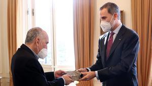 Felipe VI entrega el Premio Cervantes 2019 al Joan Margarit, en el Palacete Albéniz, el pasado mes de diciembre