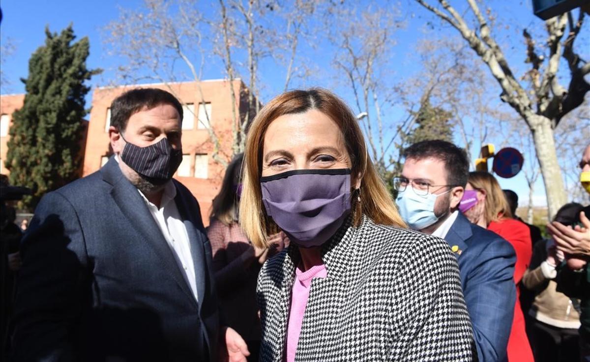 Forcadell sale de la cárcel de Wad Ras y pide al electorado que acuda a votar. En la foto, junto a Oriol Junqueras y Pere Aragonès, que la han recibido a su salida.