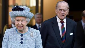 La reina Isabel II y el duque de Edimburgo durante una visita al Museo de la Armada en Londres, en 2017