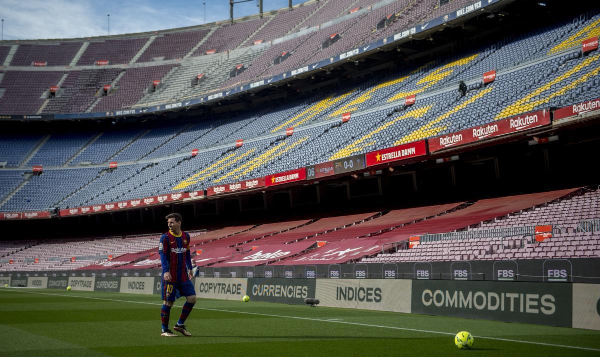 Leo Messi en un Camp Nou vacío durante el partido de liga contra el Celta, último de la temporada en el estadio