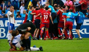 Los jugadores del Numancia celebran la victoria en La Romareda ante los desolados jugadores del Zaragoza.