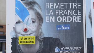 Un cartel electoral de Marine Le Pen en Marsellaen el que alguién ha añadido un adhesivo en el que se lee cretificado: pronuclear.