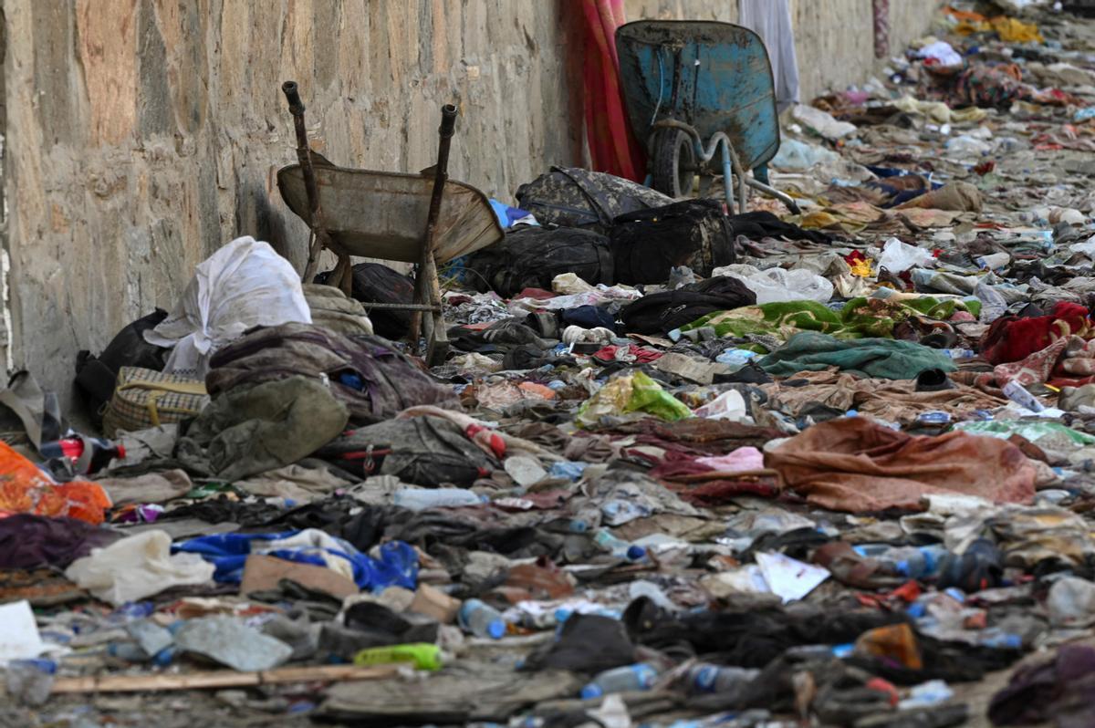 Lugar donde el jueves se inmoló un terrorista de Estado Islámico, en las afueras del aeropuerto de Kabul.
