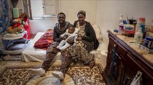 Gorgui Lamine, consu novia Gana y su hija Ndeye, en su habitación de Gandia, este miércoles.