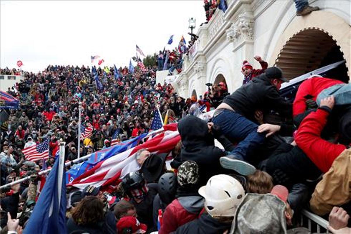 Seguidores de Trump asaltan el Capitolio.