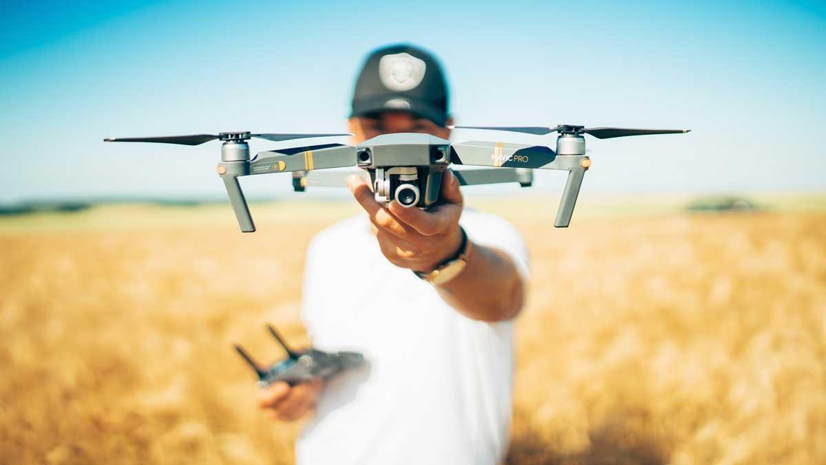 Un usuario a punto de hacer volar su dron.