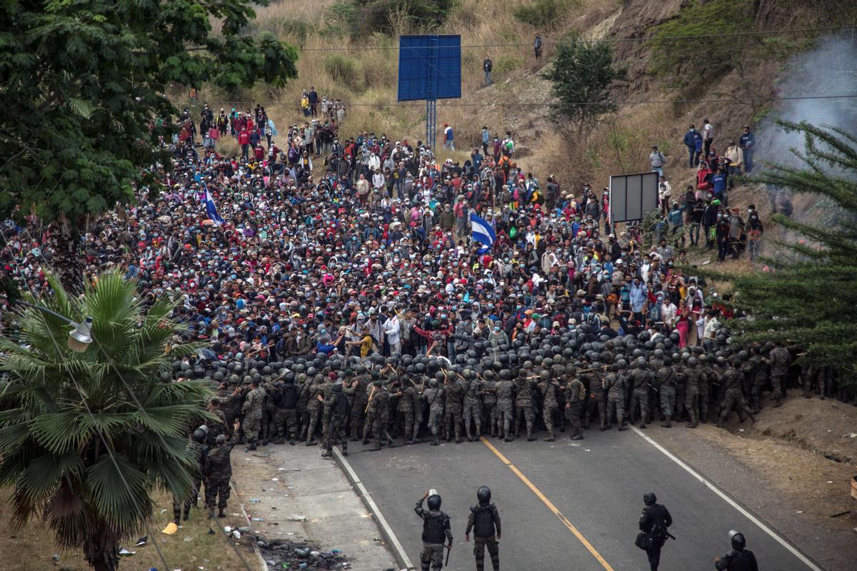 Soldados guatemaltecos intentan frenar el avance de miles de migrantes en la ciudad guatemalteca de Chiquimula.