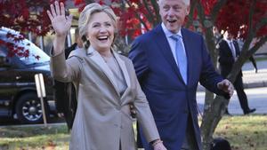 Hillary Clinton fue cuestionada sobre si su esposo debióhaber renunciado a la Presidencia de Estados Unidos cuando el asunto salió a la luz.