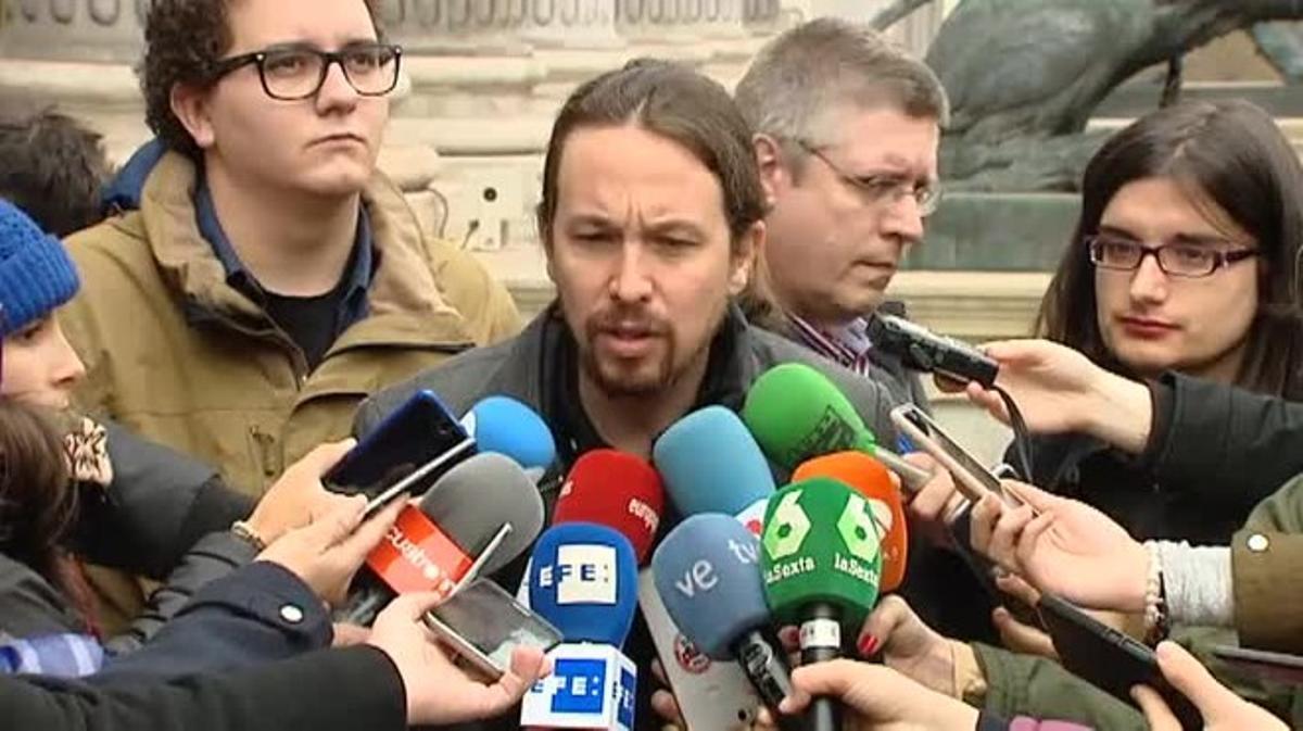 El líder de Podemos, Pablo Iglesias, hace declaraciones a los medios de comunicación, traspresentar una proposición no de ley para garantizar la libertad de expresión.