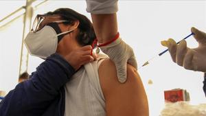 Una mujer recibe la vacuna contra la covid-19 en el municipio de Ecatepec (México).
