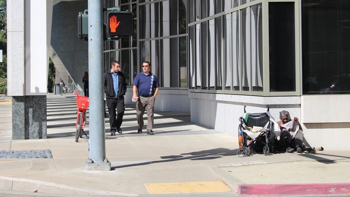 Un sintecho en una calle de Sacramento.
