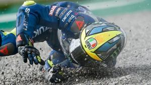 El mallorquín Joan Mir (Suzuki), gran favorito para ganar el Mundial de MotoGP este domingo, rodó ayer por los suelos en Valencia.