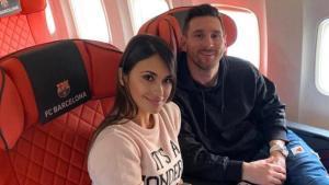 Messi y su esposa Antonella, en el avión camino de París.