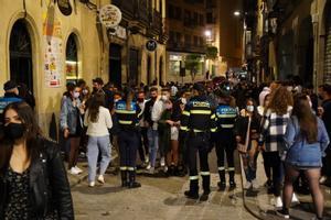 La Policía Municipal trata de desalojar calles de Salamanca, en la noche del 15 al 16 de mayo