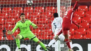 Wijnaldum dispara a la portería de Courtois ante Militao en el Liverpool-Madrid de Anfield.
