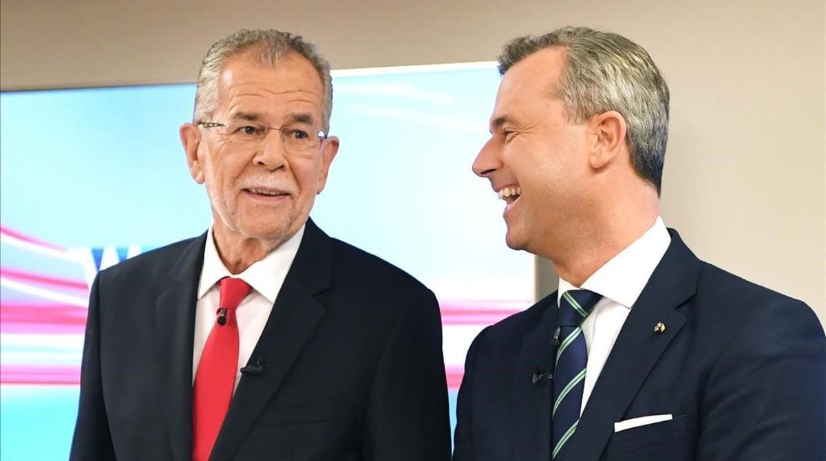 Van der Bellen (izquierda) y Hofer, a su llegada al último debate televisivo, en Viena, el 1 de diciembre.