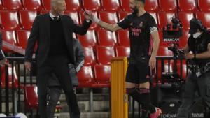 Benzema festeja su gol al Granada con Zidane.