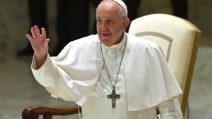 El papa Francisco saluda durante su audiencia general semanal en el Aula Pablo VI del Vaticano, el pasado 14 de octubre.