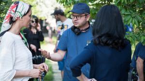 El director, Corneliu Porombiu, da instrucciones a sus actrices.