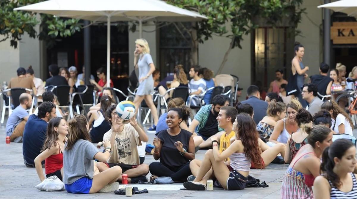 Jóvenes en la plaza del Sol, en Gràcia.