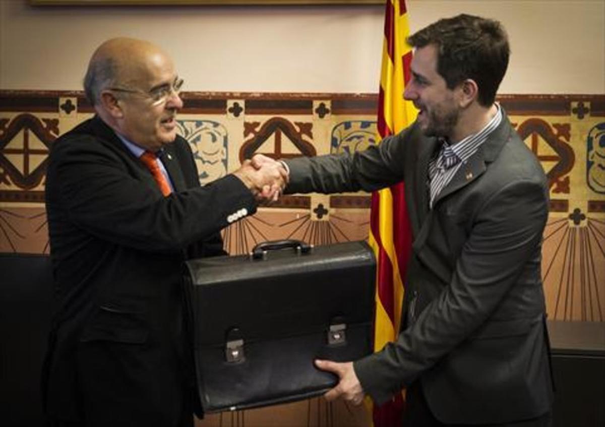 Traspaso de cartera 8Boi Ruiz (izquierda) cede la Conselleria de Salut a su sucesor en el cargo, Antoni Comín, en enero de este año.
