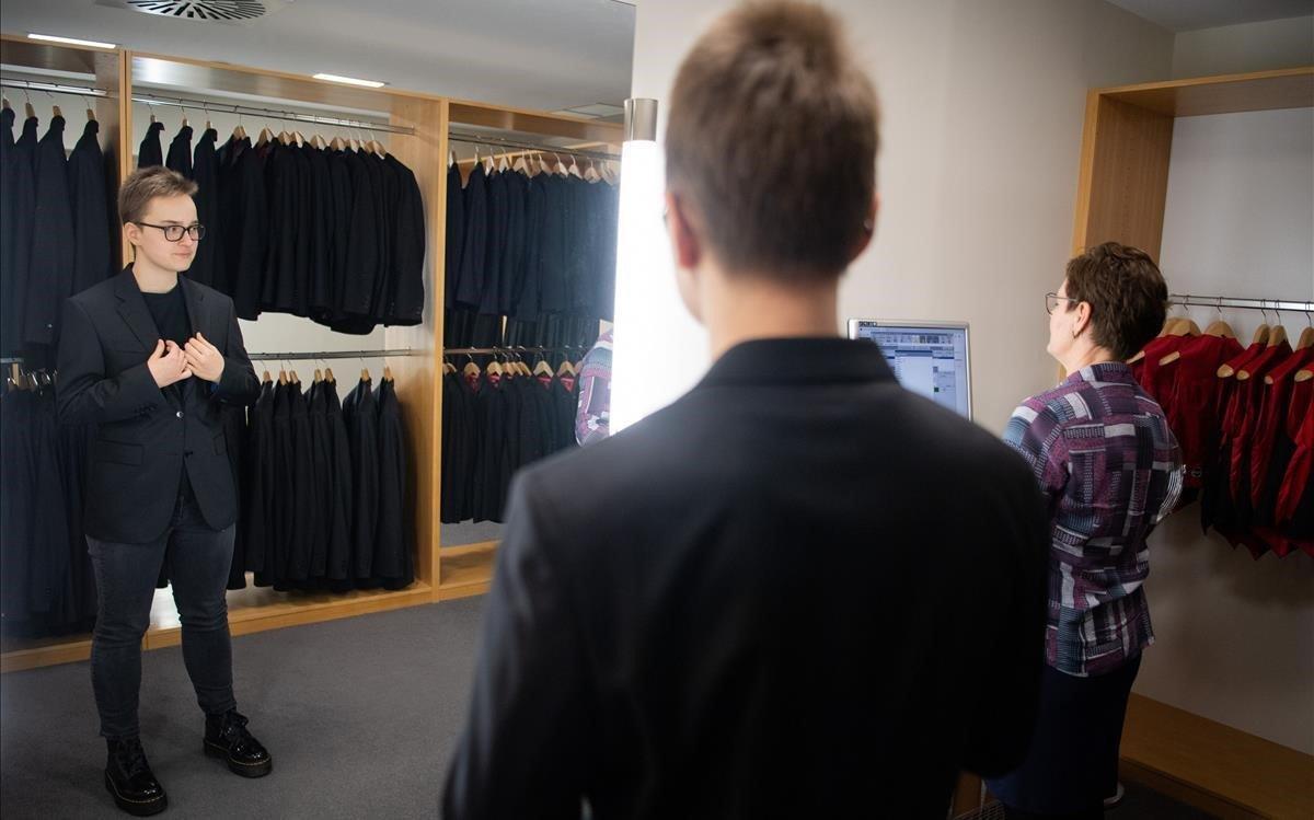 Sophie Grau se prueba el traje de hombre que deberá vestir para el baile de debutantes de la Ópera de Viena.