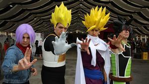 Asistentes al Manga Barcelona, disfrazados de personajes de 'Bola de drac', el jueves pasado, día de inauguración del salón.