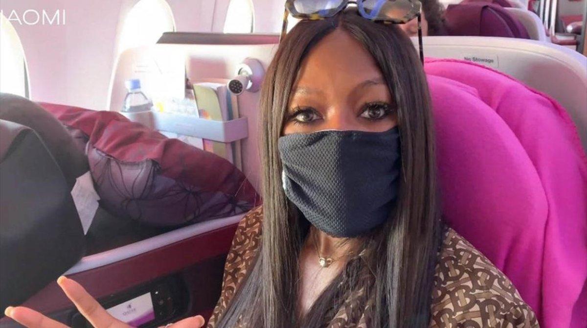 Naomi Campbel, con mascarilla en un avión.