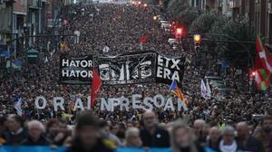 Manifestación en las calles de Bilbao en demanda de un cambio en la política penitenciaria respecto a los presos de ETA.
