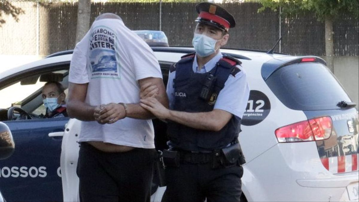 Uno de los mossos sospechosos camino del juzgado.