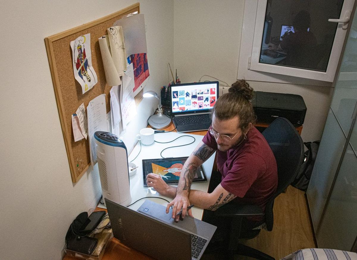 Imagen de un empleado trabajando desde casa