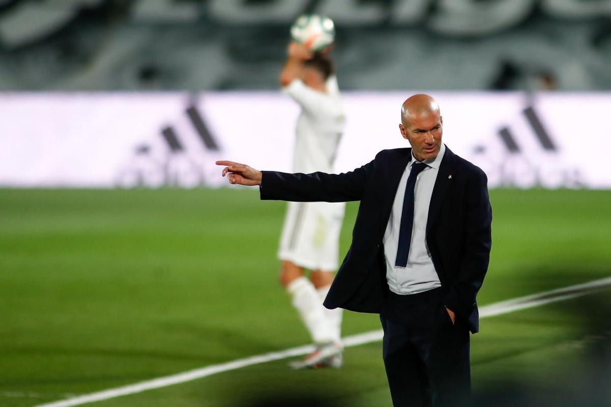 Zidane da órdenes desde el banquillo en el último partido del Madrid.