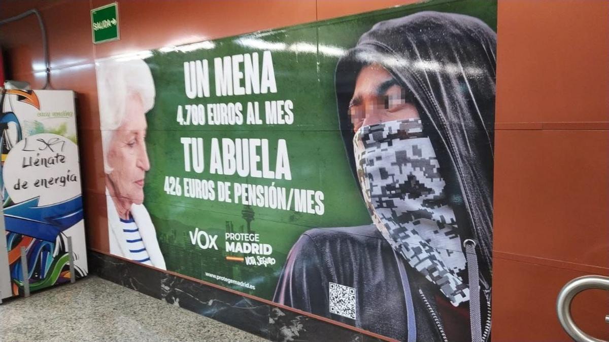 El cartel de Vox contra los menas en el metro de Madrid, durante la campaña para las autonómicas.