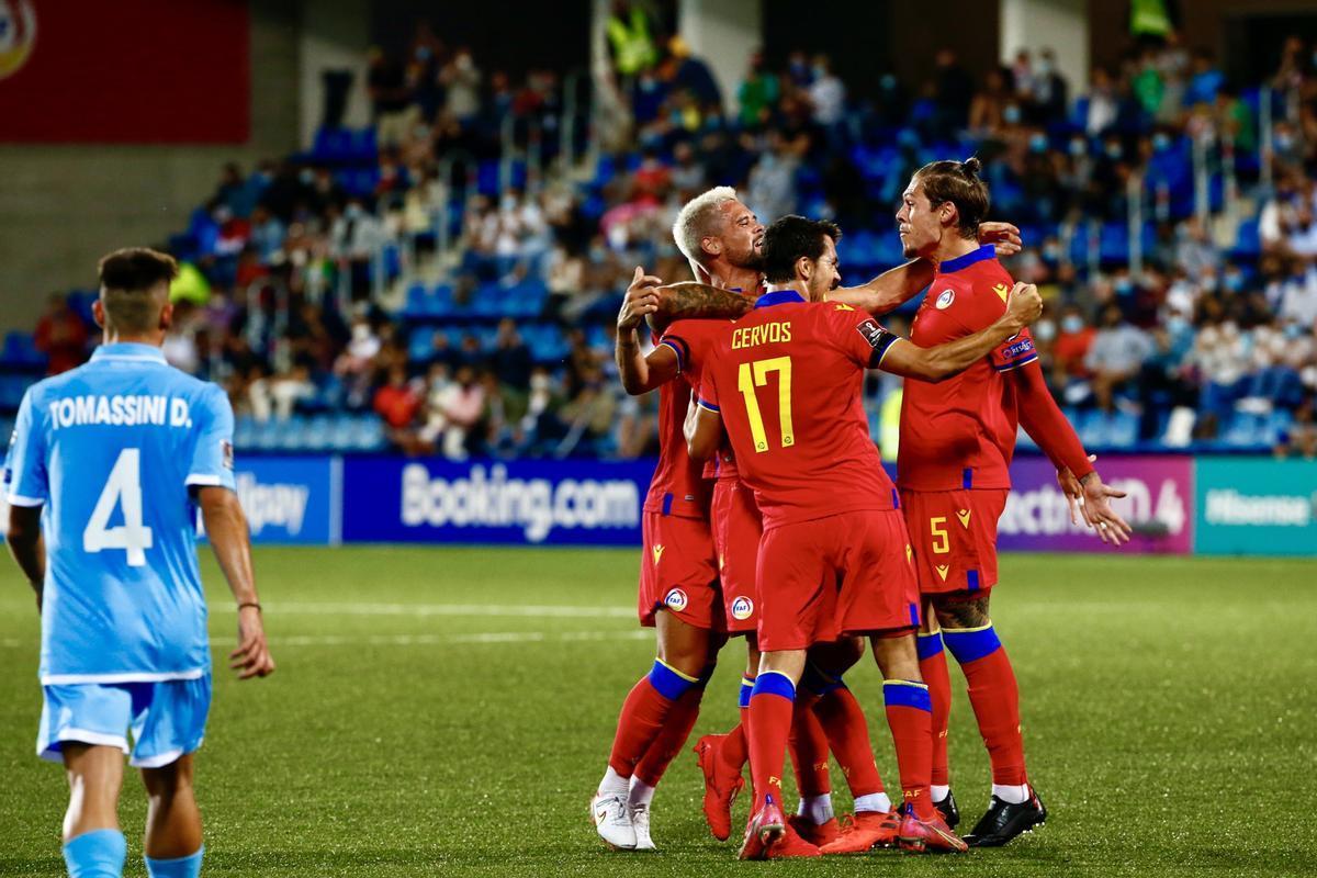 Los jugadores andorranos se abrazan tras marcar ante San Marino.