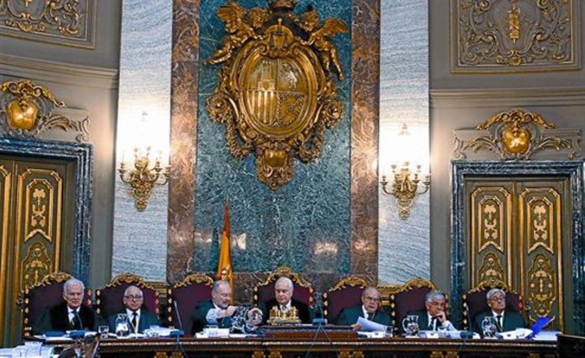 Siete de los miembros de la Sala Especial del Artículo 61 del Tribunal Supremo, presidida por Carlos Dívar (centro), el lunes pasado.