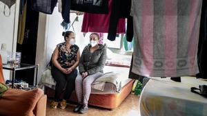 Jéssica Yosmary y Karla Yamileth, en el comedor de acogida donde duermen cinco personas.