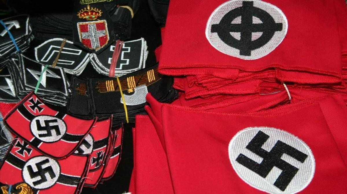 Símbolos nazis y fascistas a la venta.