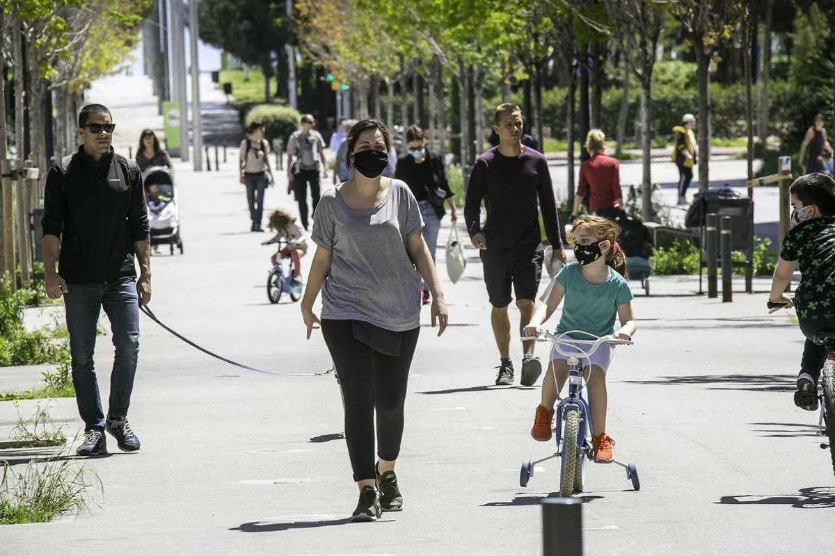 Imagen de archivo de familias paseando