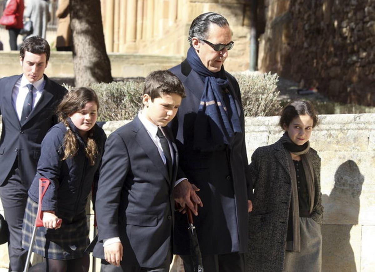 Jaime de Marichalar, acompañado de sus hijos Felipe Juan Froilán y Victoria Federica, a su llegada a la Iglesia de Santo Domingo de Soria .