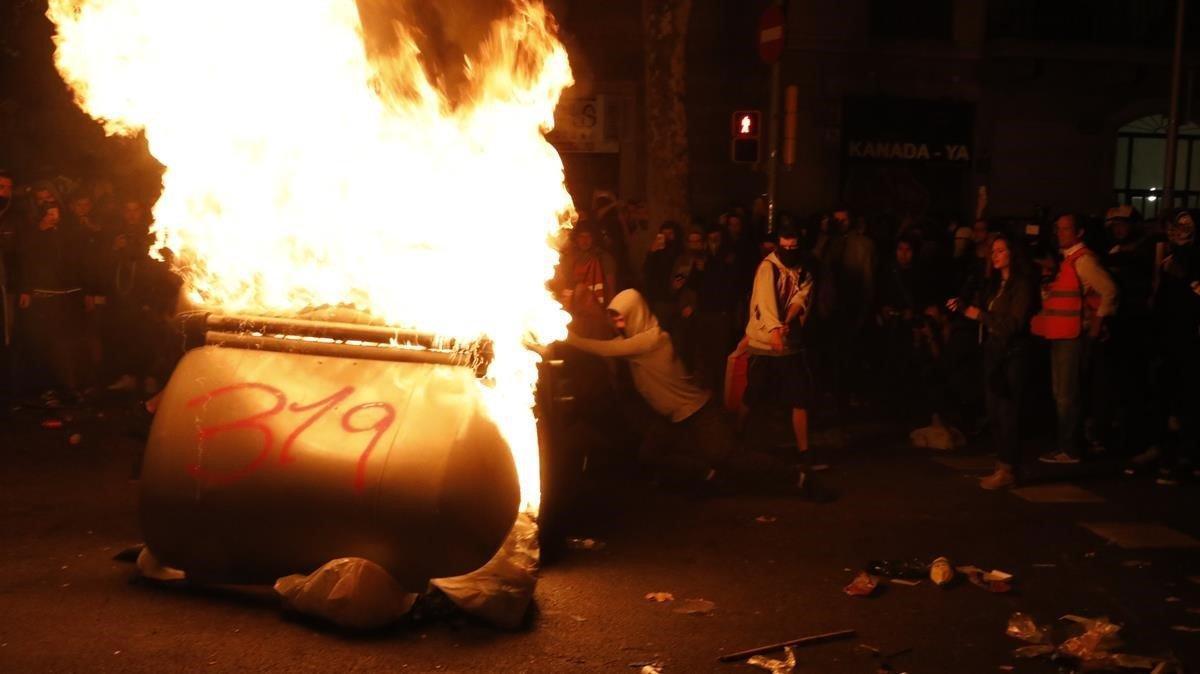 Un contenedor arde a manos de participantes en las protestas, el pasado jueves en Barcelona.