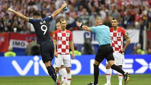 Nestor Pinata señala penaltri tras consultar el VAR durante el Francia-Croacia.