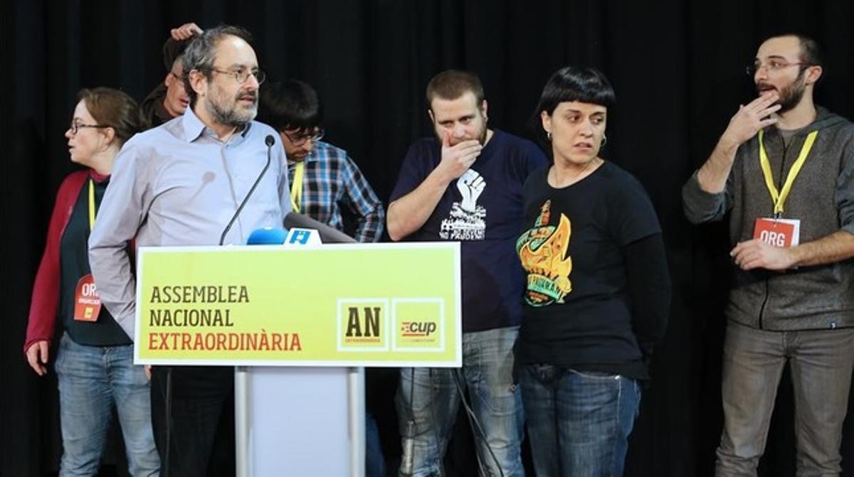 Antonio Baños y Anna Gabriel, junto a otros diputados de la CUP, en la asamblea nacional de la formación,en Sabadell.