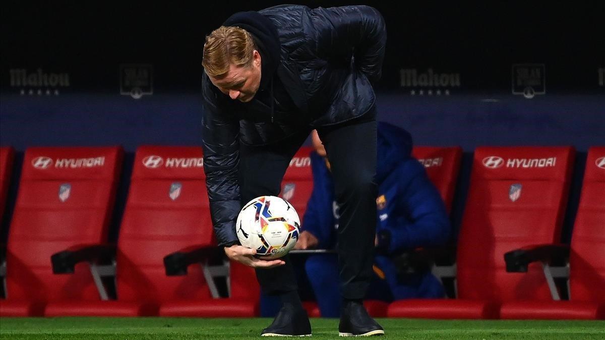 Koeman recoge el balón en el Metropolitano en el duelo con el Atlético.
