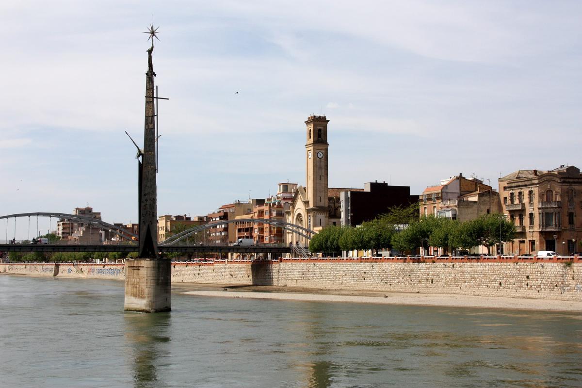 Monolito en homenaje a los muertos de la batalla del Ebro, en Tortosa.