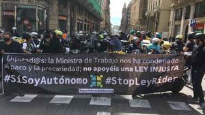 Manifestación en Via Laietana de Barcelona contra la aprobación de la 'ley rider'.